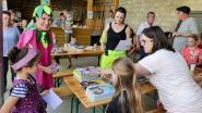Les écoliers en train de recevoir les prix du concours de dessin