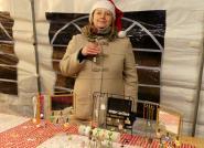 Christelle, artiste plasticienne habitant Leuilly-sous-Coucy, présente ici quelques-uns de ses colliers, bracelets et broches personnalisés